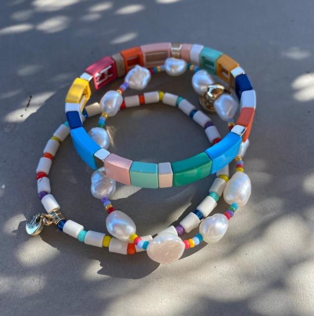 Knyttet armbånd med små perler - Smykkelageret
