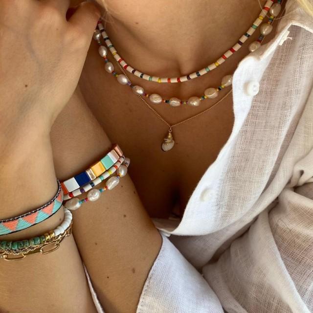 Snoede armbånd med små perler til børn - SOS Børnebyerne